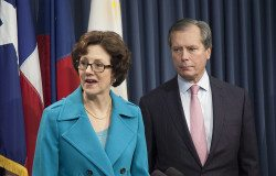 Texas Comptroller Susan Combs and Lt. Governor David Dewhurst at a Feb. 7 legislative press conference on government transparency and empowering taxpayers.